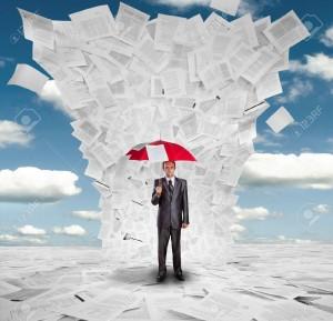 18072299-Homme-d-affaires-s-rieux-avec-un-parapluie-rouge-sous-norme-vague-de-documents-Banque-d'images